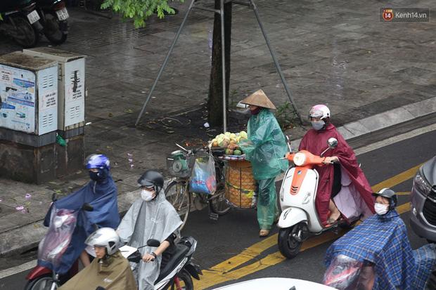 Hà Nội tắc đường kinh hoàng, người dân khổ sở đi làm trong cơn mưa lớn - Ảnh 5.