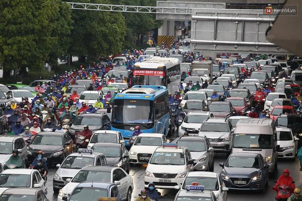 Hà Nội tắc đường kinh hoàng, người dân khổ sở đi làm trong cơn mưa lớn - Ảnh 6.
