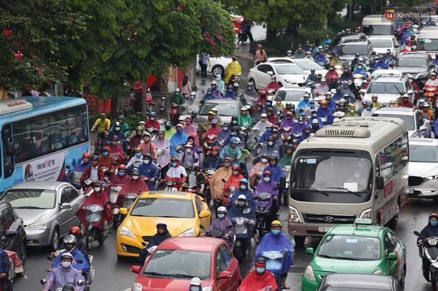 Hà Nội tắc đường kinh hoàng, người dân khổ sở đi làm trong cơn mưa lớn - Ảnh 8.