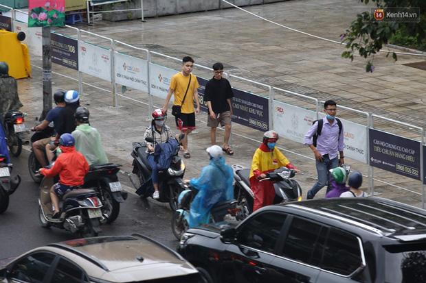 Hà Nội tắc đường kinh hoàng, người dân khổ sở đi làm trong cơn mưa lớn - Ảnh 9.