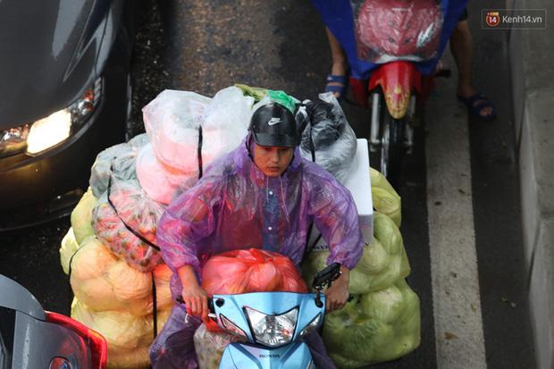 Hà Nội tắc đường kinh hoàng, người dân khổ sở đi làm trong cơn mưa lớn - Ảnh 10.
