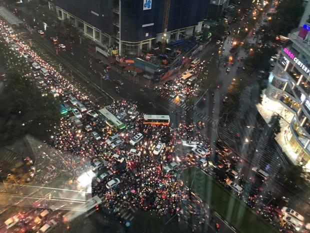 Loạt ảnh từ trên cao cho thấy đường phố Hà Nội hỗn loạn trong cơn mưa lớn vào giờ tan tầm, người dân chật vật tìm lối thoát - Ảnh 2.