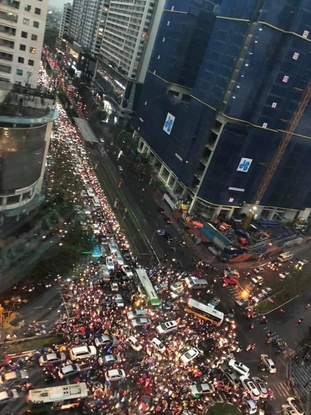 Loạt ảnh từ trên cao cho thấy đường phố Hà Nội hỗn loạn trong cơn mưa lớn vào giờ tan tầm, người dân chật vật tìm lối thoát - Ảnh 3.