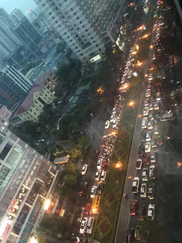 Loạt ảnh từ trên cao cho thấy đường phố Hà Nội hỗn loạn trong cơn mưa lớn vào giờ tan tầm, người dân chật vật tìm lối thoát - Ảnh 4.