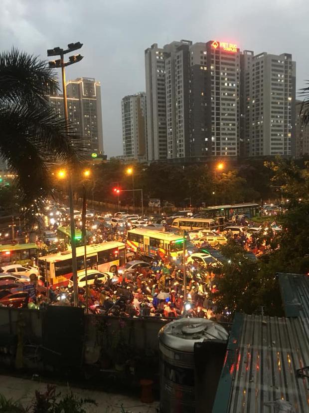 Loạt ảnh từ trên cao cho thấy đường phố Hà Nội hỗn loạn trong cơn mưa lớn vào giờ tan tầm, người dân chật vật tìm lối thoát - Ảnh 5.