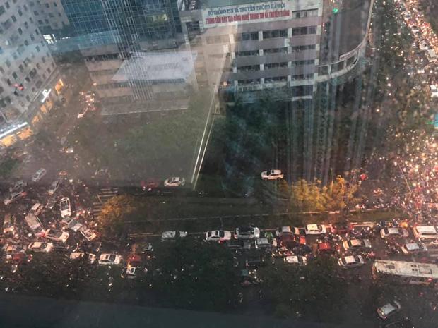 Loạt ảnh từ trên cao cho thấy đường phố Hà Nội hỗn loạn trong cơn mưa lớn vào giờ tan tầm, người dân chật vật tìm lối thoát - Ảnh 6.