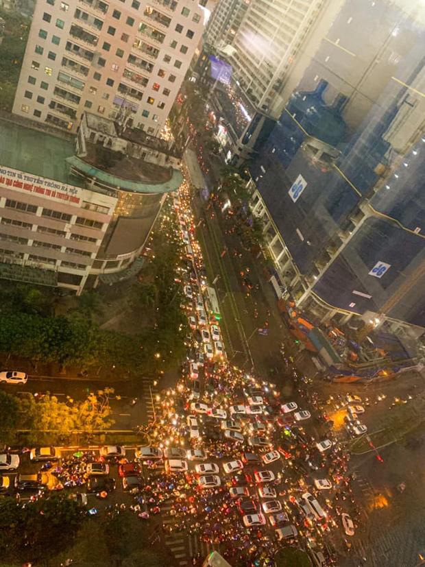 Loạt ảnh từ trên cao cho thấy đường phố Hà Nội hỗn loạn trong cơn mưa lớn vào giờ tan tầm, người dân chật vật tìm lối thoát - Ảnh 7.