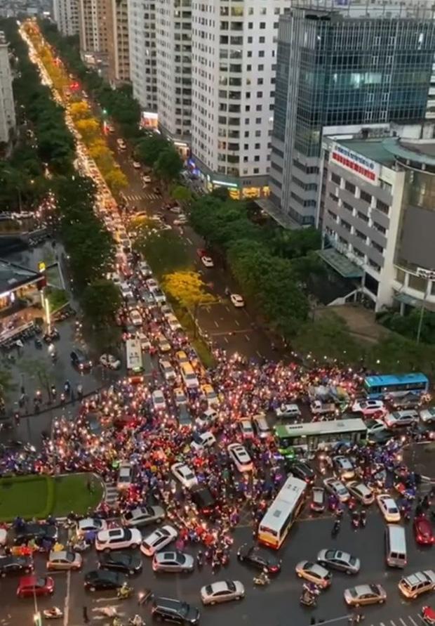 Loạt ảnh từ trên cao cho thấy đường phố Hà Nội hỗn loạn trong cơn mưa lớn vào giờ tan tầm, người dân chật vật tìm lối thoát - Ảnh 8.