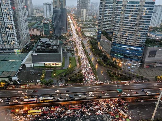 Loạt ảnh từ trên cao cho thấy đường phố Hà Nội hỗn loạn trong cơn mưa lớn vào giờ tan tầm, người dân chật vật tìm lối thoát - Ảnh 9.