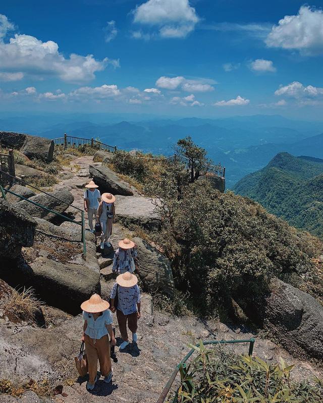Ngoài các điểm tham quan miễn phí, Quảng Ninh còn vô vàn địa danh tuyệt đẹp không đi thì cực phí: Muốn biển có biển, muốn núi có núi!  - Ảnh 5.