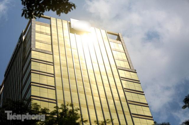 Hà Nội xuất hiện cao ốc dát vàng gây chói lóa trong ngày hè oi bức  - Ảnh 2.