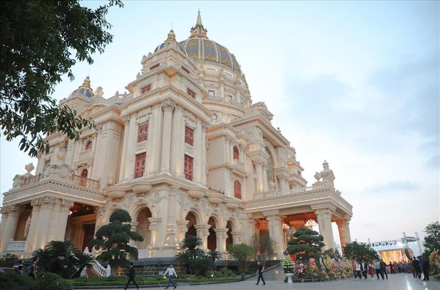 Chiêm ngưỡng lâu đài mạ vàng gây choáng của đại gia Ninh Bình - Ảnh 2.