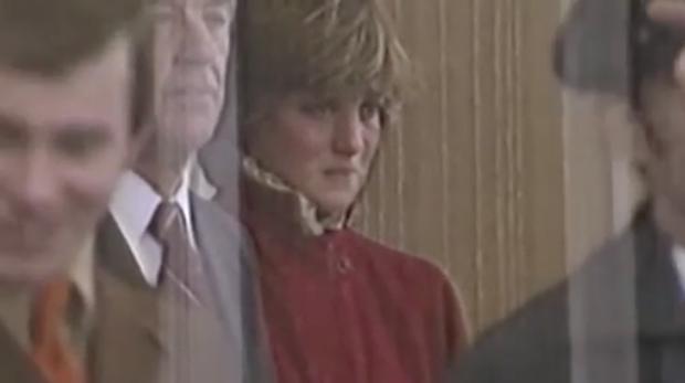 Sự thật phía sau bức ảnh Công nương Diana bật khóc tại sân bay: Cứ ngỡ cuộc chia ly xúc động hóa ra là giây phút biết mình là người thừa - Ảnh 2.