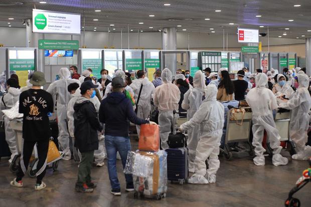 Khả năng cao 2 tiếp viên hãng Vietnam Airlines bị lây Covid-19 trong quá trình vận chuyển hành khách từ Nga về Việt Nam - Ảnh 1.