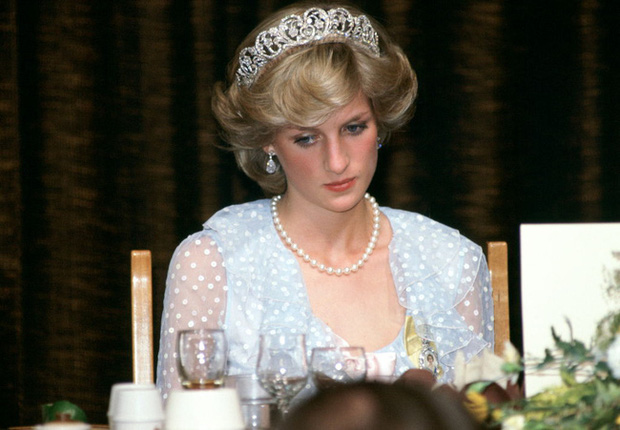 Sự thật phía sau bức ảnh Công nương Diana bật khóc tại sân bay: Cứ ngỡ cuộc chia ly xúc động hóa ra là giây phút biết mình là người thừa - Ảnh 3.