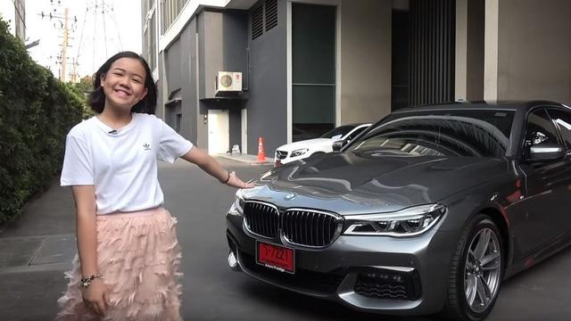 Con nhà người ta: YouTuber người Thái 12 tuổi tự mua BMW 7-Series làm quà sinh nhật, 11 tuổi được lựa chọn là nghệ sĩ trang điểm tại London Fashion Week - Ảnh 2.