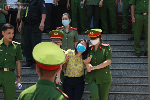 Chùm ảnh: Kẻ khóc ngất, người vẫn cười tươi rồi liên tục giơ 2 ngón tay chào gia đình sau khi bị tuyên án vì gian lận điểm thi THPT ở Hòa Bình - Ảnh 11.