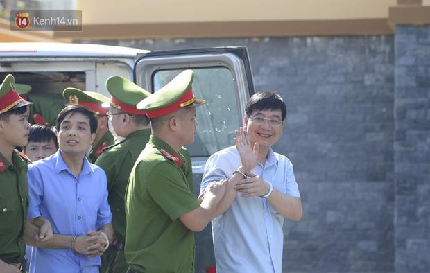 Chùm ảnh: Kẻ khóc ngất, người vẫn cười tươi rồi liên tục giơ 2 ngón tay chào gia đình sau khi bị tuyên án vì gian lận điểm thi THPT ở Hòa Bình - Ảnh 3.