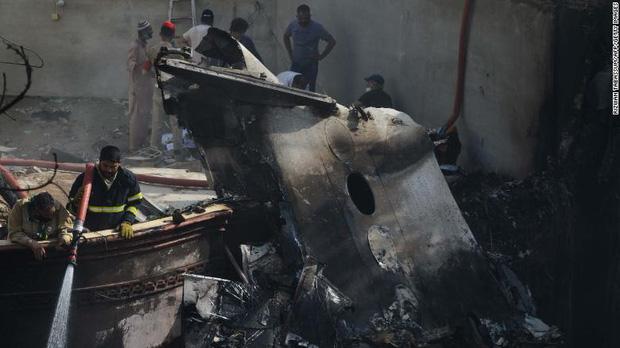 Tiết lộ nội dung cuộc gọi cuối cùng của phi công trước khi máy bay Pakistan chở gần 100 người lao xuống khu dân cư - Ảnh 3.