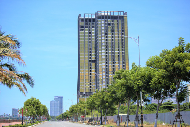 Chủ đầu tư của 2 cao ốc dát vàng gây nhức mắt, khiến người dân bức xúc ở Đà Nẵng bị phạt 80 triệu đồng - Ảnh 2.