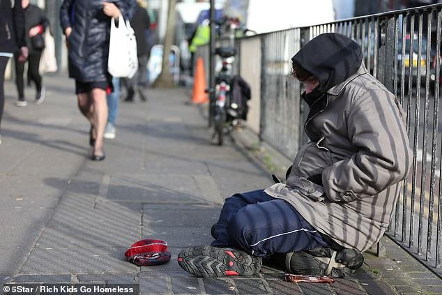 Chê người vô gia cư 'lười biếng', triệu phú tỉnh ngộ sau vài ngày trở thành một trong số họ! - Ảnh 4.