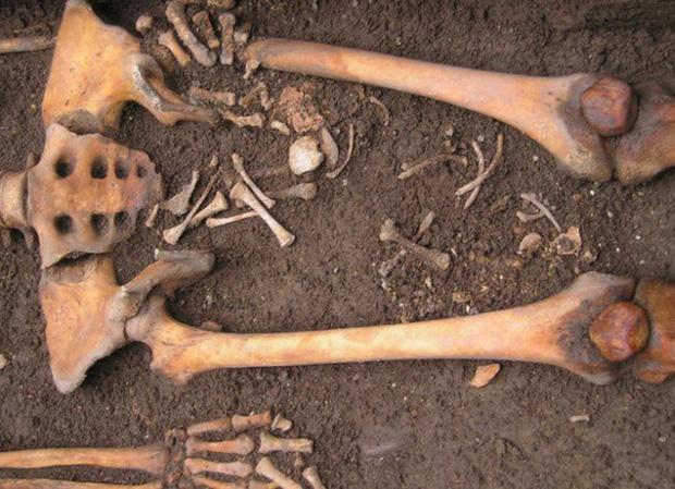 Bí ẩn bộ hài cốt 1.300 năm tuổi sinh con trong quan tài và lý giải cho hiện tượng khiến nhiều người rùng mình - Ảnh 1.