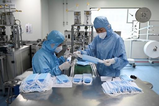 Trung Quốc đối mặt nguy cơ thiêu bỉm, băng vệ sinh vì khẩu trang - Ảnh 2.