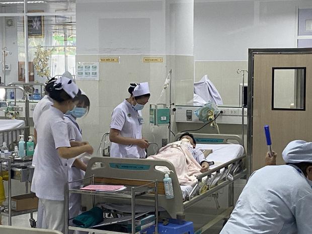 Vụ cây phượng đổ đè trúng 18 học sinh: Bé trai bị đa chấn thương nặng phải trải qua ca phẫu thuật 5 tiếng - Ảnh 2.