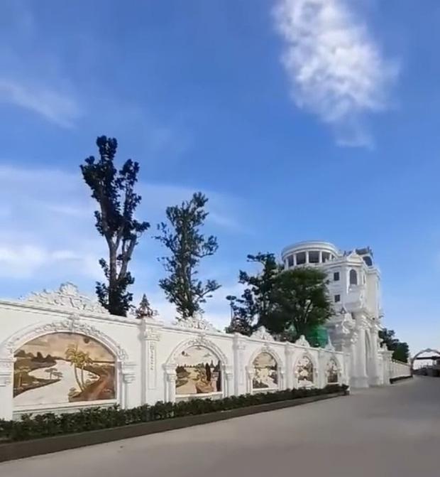 Chủ nhân tòa lâu đài có hẳn sân đỗ trực thăng ở Thái Bình là ai? - Ảnh 6.
