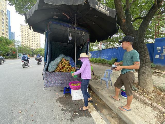 Hoa quả siêu rẻ tràn vỉa hè Hà Nội  - Ảnh 8.