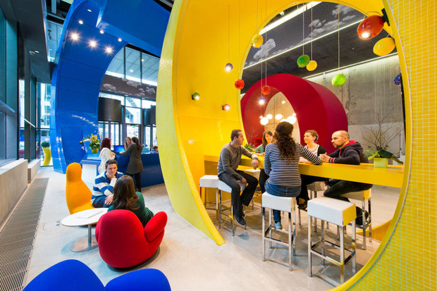 Sợ nhân viên ở nhà tránh Covid không hiệu quả, Google tặng mỗi người tận 20 triệu để... sắm sửa đồ tại gia - Ảnh 1.