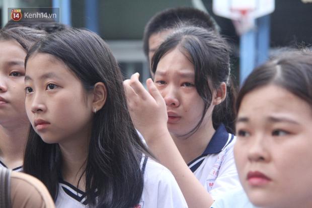 Trời lất phất mưa trong buổi đến trường cuối cùng của cậu học sinh lớp 6, hàng trăm người xót xa tiễn em về cõi vĩnh hằng - Ảnh 15.