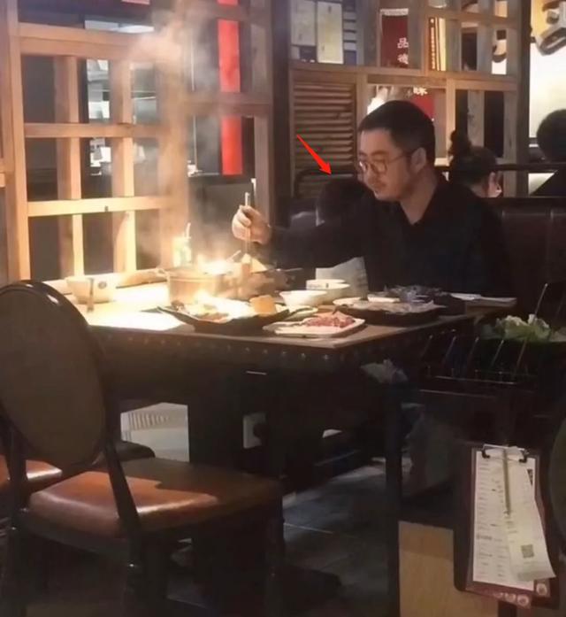 Chủ tịch Taobao bị chụp lén khi rầu rĩ đi ăn lẩu sau bê bối ngoại tình với hotgirl huyền thoại, dân mạng cảm thán: Cái giá phải trả cho sự phản bội! - Ảnh 1.