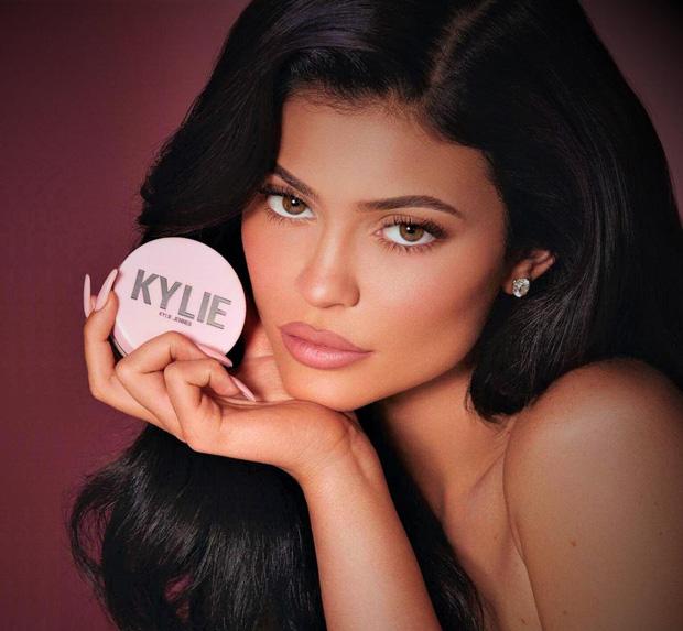 Kylie Jenner đáp trả cực gắt sau khi bị Forbes bóc phốt, tước mất danh hiệu tỷ phú trẻ nhất thế giới - Ảnh 1.
