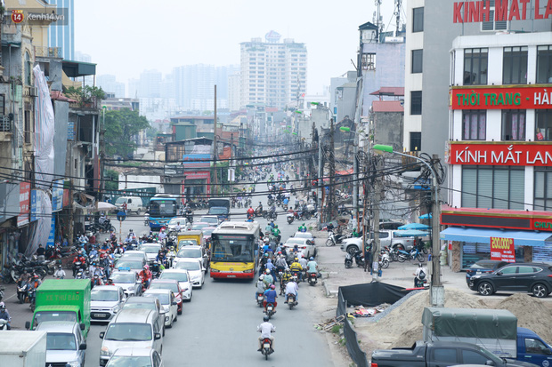 Ảnh: Cận cảnh tuyến phố mạng nhện tử thần khiến người đi đường thót tim ở Hà Nội - Ảnh 1.