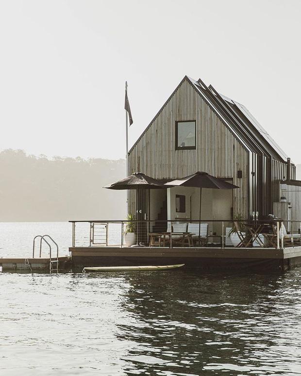 Ngôi nhà nhỏ gọn nổi trên mặt nước, sử dụng năng lượng từ mặt trời nhưng có giá thuê 30 triệu/đêm  - Ảnh 1.