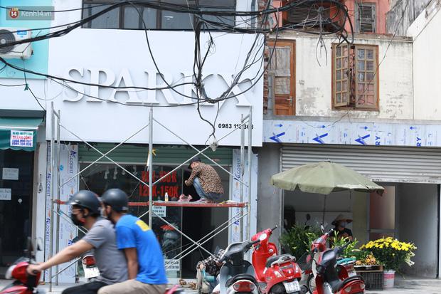 Ảnh: Cận cảnh tuyến phố mạng nhện tử thần khiến người đi đường thót tim ở Hà Nội - Ảnh 12.