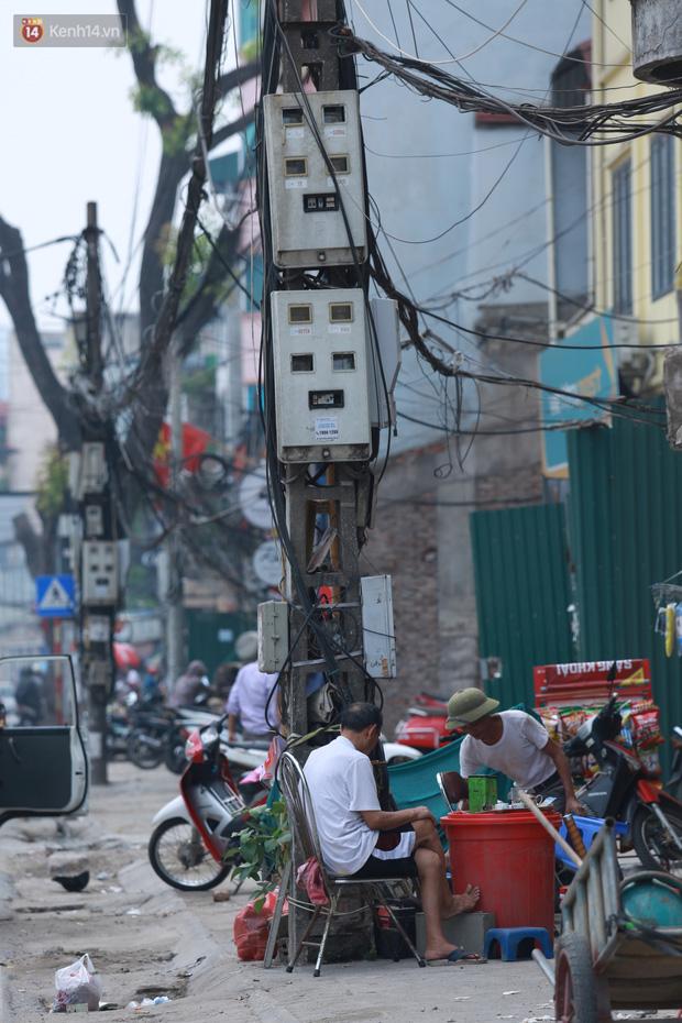 Ảnh: Cận cảnh tuyến phố mạng nhện tử thần khiến người đi đường thót tim ở Hà Nội - Ảnh 13.