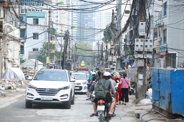 Ảnh: Cận cảnh tuyến phố mạng nhện tử thần khiến người đi đường thót tim ở Hà Nội - Ảnh 14.