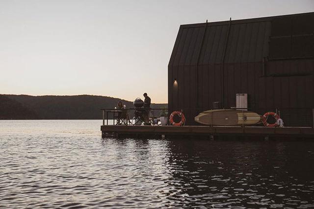 Ngôi nhà nhỏ gọn nổi trên mặt nước, sử dụng năng lượng từ mặt trời nhưng có giá thuê 30 triệu/đêm  - Ảnh 14.