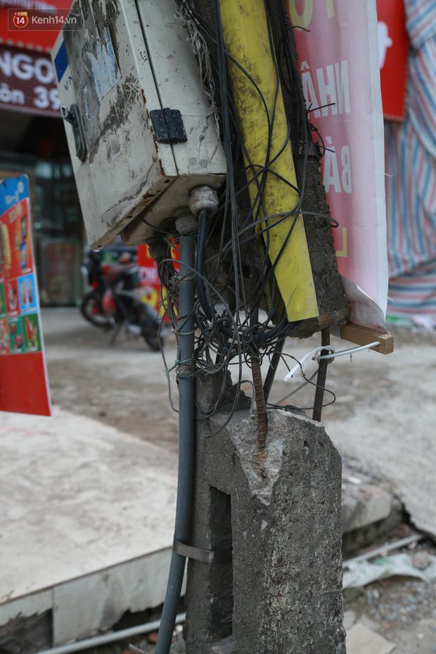 Ảnh: Cận cảnh tuyến phố mạng nhện tử thần khiến người đi đường thót tim ở Hà Nội - Ảnh 19.