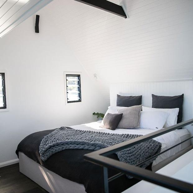 Ngôi nhà nhỏ gọn nổi trên mặt nước, sử dụng năng lượng từ mặt trời nhưng có giá thuê 30 triệu/đêm  - Ảnh 3.