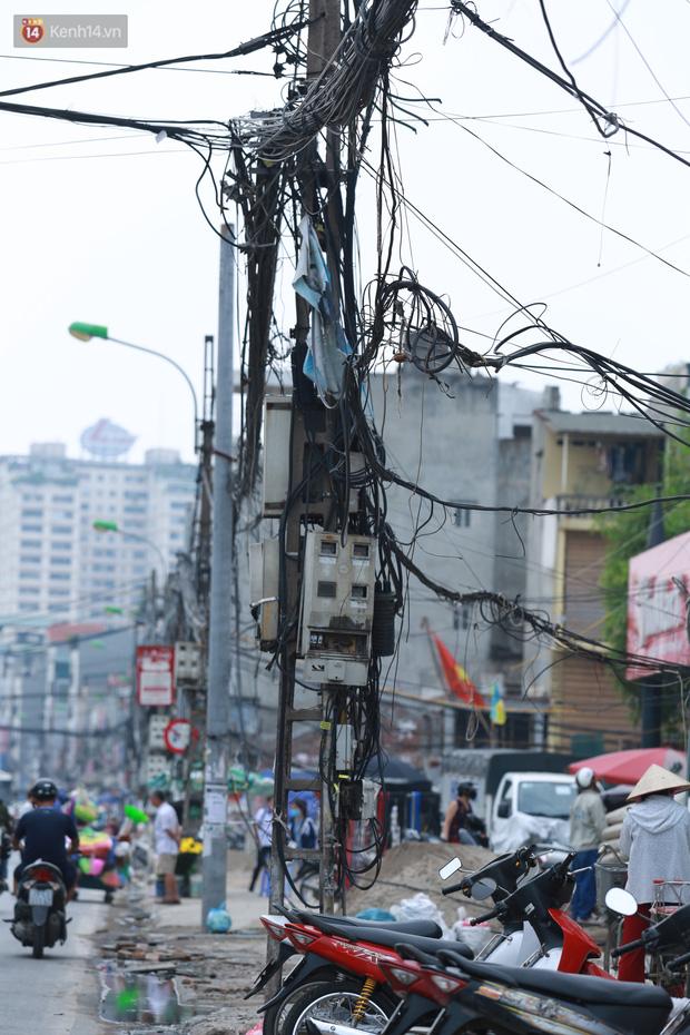 Ảnh: Cận cảnh tuyến phố mạng nhện tử thần khiến người đi đường thót tim ở Hà Nội - Ảnh 6.