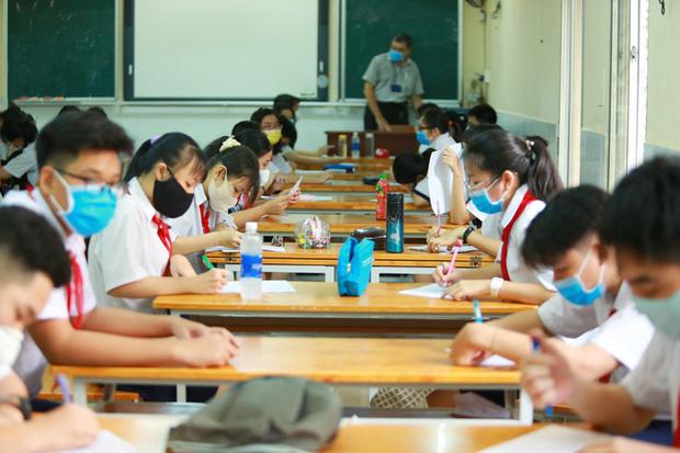 Học sinh TP.HCM ngồi học bàn tròn, đối diện nhau ở 2 đầu bàn để phòng Covid-19 - Ảnh 11.