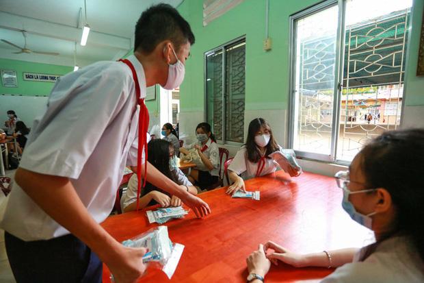 Học sinh TP.HCM ngồi học bàn tròn, đối diện nhau ở 2 đầu bàn để phòng Covid-19 - Ảnh 12.