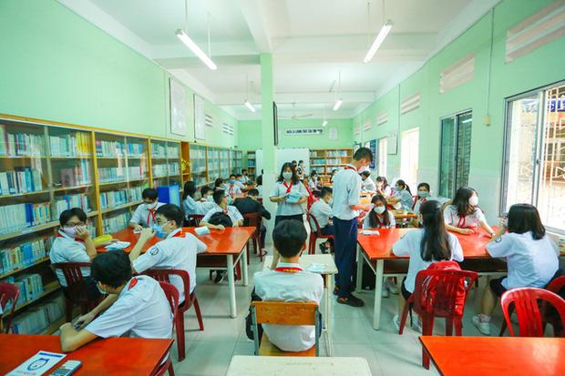 Học sinh TP.HCM ngồi học bàn tròn, đối diện nhau ở 2 đầu bàn để phòng Covid-19 - Ảnh 15.