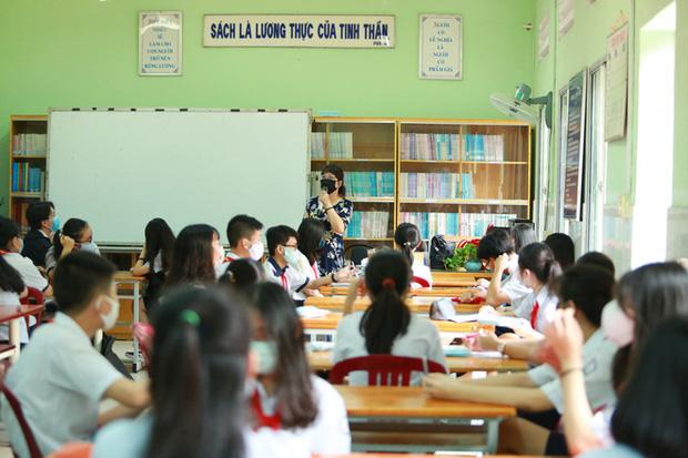 Học sinh TP.HCM ngồi học bàn tròn, đối diện nhau ở 2 đầu bàn để phòng Covid-19 - Ảnh 9.