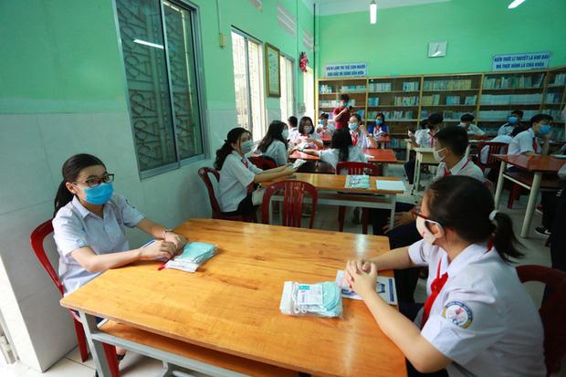 Học sinh TP.HCM ngồi học bàn tròn, đối diện nhau ở 2 đầu bàn để phòng Covid-19 - Ảnh 10.
