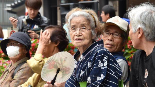 Người cao tuổi Nhật Bản chiến đấu với khủng hoảng kép trong đại dịch COVID-19  - Ảnh 1.
