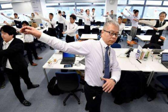Người cao tuổi Nhật Bản chiến đấu với khủng hoảng kép trong đại dịch COVID-19  - Ảnh 2.
